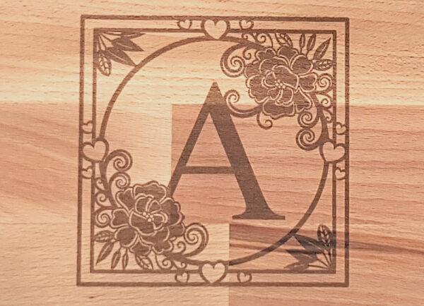 Schneidebrett 30x15 Monogramm eckig mit Blüten und Herzen