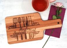 Schneidebrett mit Griff Küchenhelfer mit Wunschtext lasergraviert